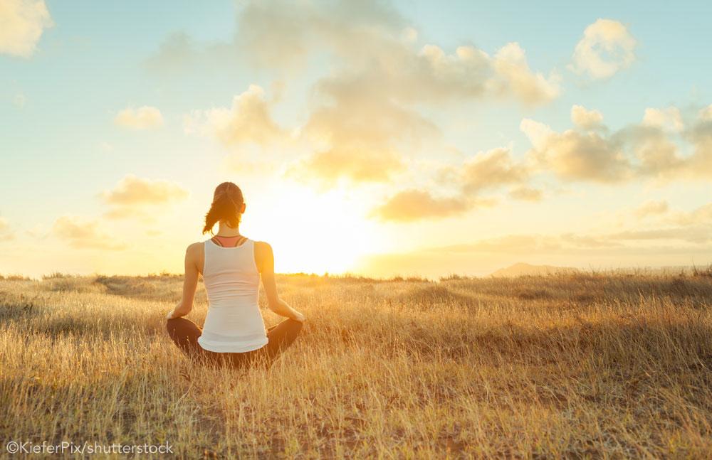 Meditando em um campo